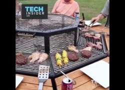 This BBQ grill can be used as a table for 8 people.